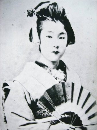 1887. Shinbashi Ponta(新橋ぽん太)famous geisha,and married with Kashima Seibei(鹿嶋清兵衛). She supported her husband while broughting up more than 10 children.