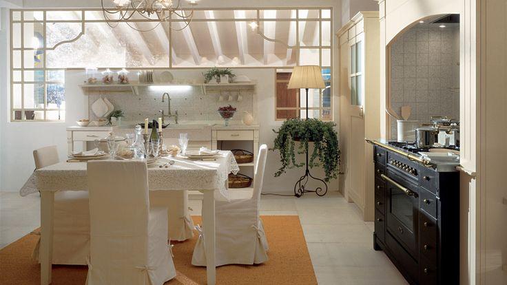 Cucina in stile country chic, finitura Bianco Burro. Tavolo English Mood con sedie Banon rivestite in tessuto
