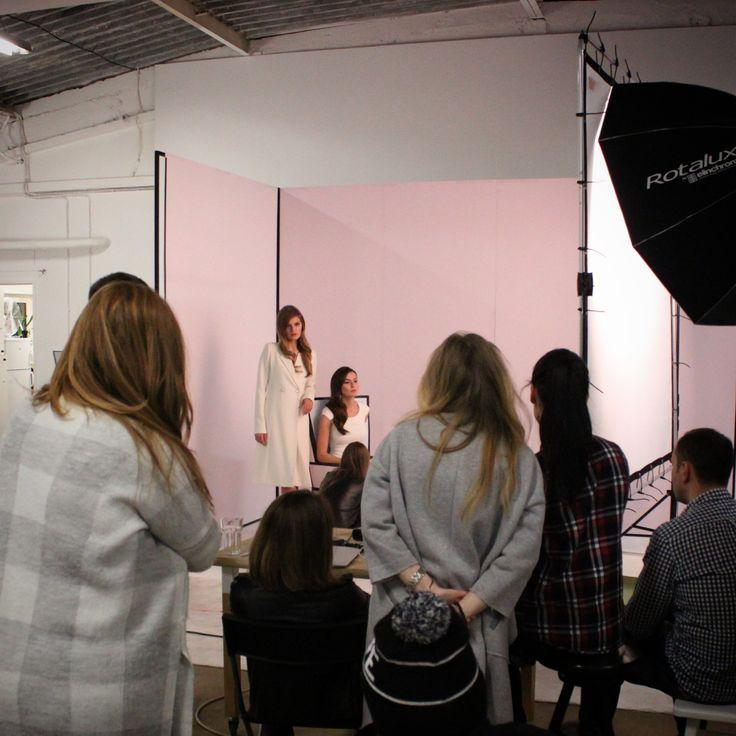 #backstage #prettyonewarsaw pozy, pozowanie, praca na sesji zdjęciowej, plan zdjęciowy, scenografia do zdjęć, obsługa sesji, publiczność