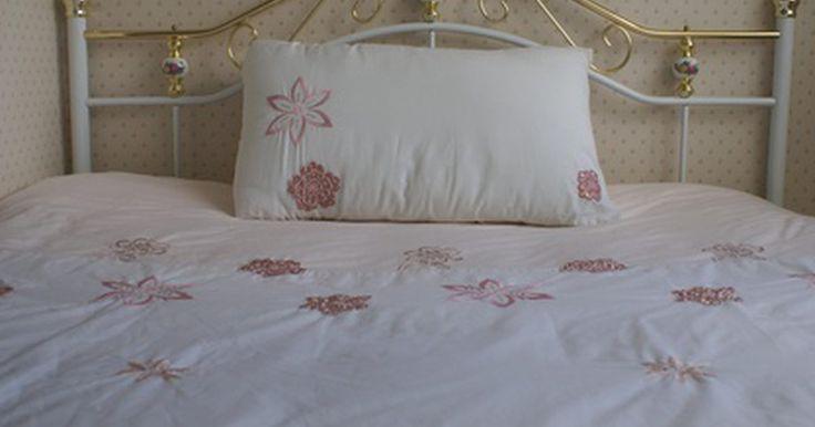Como limpar travesseiros de látex. Os travesseiros de látex são firmes e geralmente modelados para encaixar no contorno do pescoço. Eles fornecem um apoio ao pescoço e reduzem os pontos de pressão, propiciando uma noite de sono mais confortável. Diferente dos travesseiros comuns, os de látex são duráveis e feitos para manter sua forma. Os de látex hipo-alergênicos mantêm os ácaros ...
