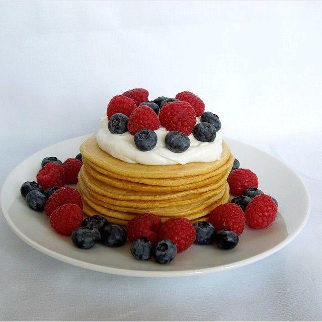Máte chuť na něco dobrého a nechcete hřešit? Zkuste zdravé mandlové lívance od  @fit_recepty  . . .   30g ovesná mouka 20g mandlová mouka 1 vejce 80ml mandlové mléko špetka prášku do pečiva - vše smíchat a opéct na kvalitní pánvi - dozdobeno tvarohem, malinami a borůvkami Dobrou chuť