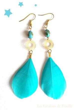 Boucles d'oreilles clips ou percées, plumes bleues turquoises, estampes rondes dorées et petites perles motifs incrustés en forme de fleurs   Possibilité d'adapter en clip sur  - 18315280