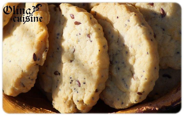 Biscuits sablés à la moutarde 1 oeuf  200 g de farine (mélange 100/100 blé T80 et épeautre ou tout blé ou blé/kamut... variez les plaisirs !)  1 cs généreuse de moutarde fine (à l'ancienne, cela fonctionne également très bien !) soit 25 g  90 g d'huile d'olive  1/2 cc de gros sel gris  1/2 cc de bicarbonate  1/2 cc de vinaigre de cidre  1 cc de graine de pavot  1 cc de graines de lin brun