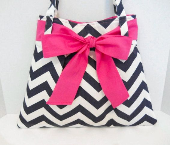 Hey, I found this really awesome Etsy listing at http://www.etsy.com/listing/160643386/pdf-chevron-purse-diaper-bag-pattern