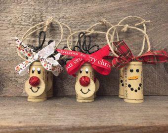 Lot de 4 ornements de renne adorable bouchon de vin. Ces peuvent être utilisés pour décorer votre sapin ou donnés comme un cadeau. Les amateurs de vin va devenir fous sur ce petit renne de Liège. Parfait et totalement unique hôtesse ou Yankee Swap cadeau pour toutes les parties que vous serez présents lors de la saison des fêtes.  Cette décoration a été faite avec amour les pensées de Rudolph. Leur nez rouge brillant rendre pop avec l'esprit de Noël! Ajouter ces ornements de Rennes à vos…