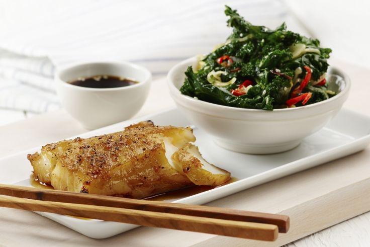 Blackened cod og grønnkål med chili, ingefær og sesam. Serveres på japanske restauranter verden rundt – nå også hjemme hos deg? 157 g grønnsaker og 398 kcal pr. porsjon (voksen).