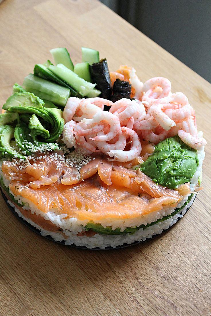 """Jag har precis """"lärt"""" mig o äta sushi o nu är jag verkligen fast! Så himla gott! Dagens middag blev en fantastisk sushitårta! Du behöver ingen bambumatta utan bara en bakform. Snabbare o enklare blir det inte! På vår ica så är det en hel hylla med bara sushigrejor. Där hittar du sjögräs, wasabi, sushiris, [...]"""