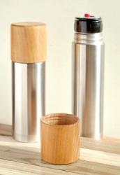 SUS galleryのステンレスボトル『tsutsu』シリーズと木地師がひとつひとつ丁寧に轆轤で挽いた木製のコップが一つになりました。木目とステンレスのコントラストが美しいこの水筒は、SUS galleryの誇る高い保温・保冷性能はそのままに、手ざわりも口当たりも優しい木製コップで飲み物を飲むことができます。毎日のオフィスや、ピクニックなどにも活躍してくれるステンレスボトルです。本体は『ヘアライン仕上げ』と熟練職人の手磨加工による『鏡面仕上げ』(Mirror)の2タイプがあります。
