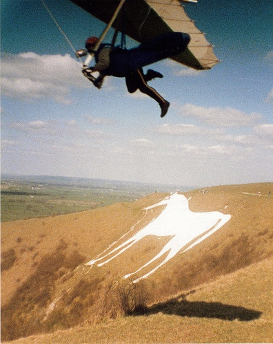Hang+glider+over+the+Westbury+%28or+Bratton%29+White+Horse%2C+Wiltshire.