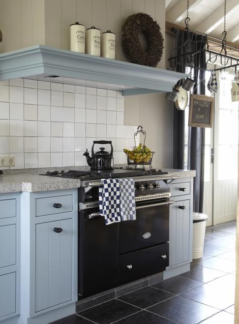 nostalgische licht blauwe keuken met schouw en vrijstaand fornuis