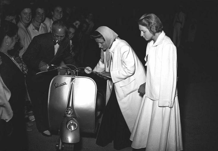 Vecchie estati italiane - Due ragazze in abiti da sera e in Vespa, a Viareggio, nell'estate del 1949. (ANSA FARABOLA FOTO)