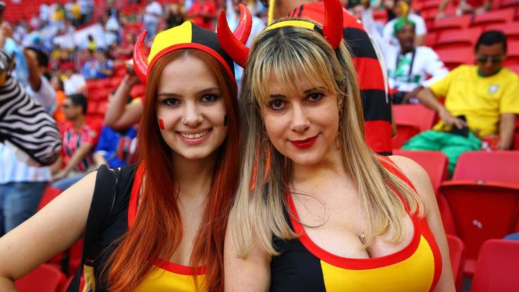 DIABLITAS. Dos fanaticas de la seleccion de Belgica en la previa del partido contra Argentina. (Carlos Sarraf)