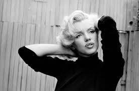 Marily Monroe( ABD'li sinema oyuncusu, şarkıcı ve model. 20. yüzyılın en ünlü sinema yıldızlarından biri..)