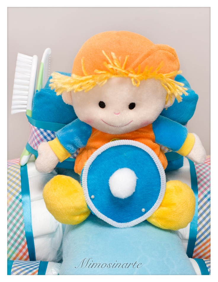 Tractor de pañales. 45 pañales, 2 pares de calcetines, un peluche, un biberón, una mantita polar para moisés, un cepillo y un peine de bebé.