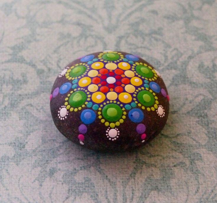 Regenboog druppels. Mandala op een steen