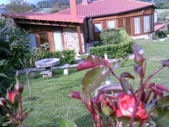 A CORUÑA, SANTISO. Casa Souto de Abajo. Antigua casa del siglo XIX que ha sido totalmente reformada como casa de turismo rural. Son 2 apartamentos que se pueden alquilar juntos o por separado. Uno tiene un dormitorio y otro dos, todos con su baño. Además cuentan con salón con chimenea, cocina y jardín con #barbacoa. Situadas dentro de un entorno natural con múltiples posibilidades de turismo activo. En el centro geográfico de Galicia donde se juntan #ACoruña, #Lugo y #Pontevedra.