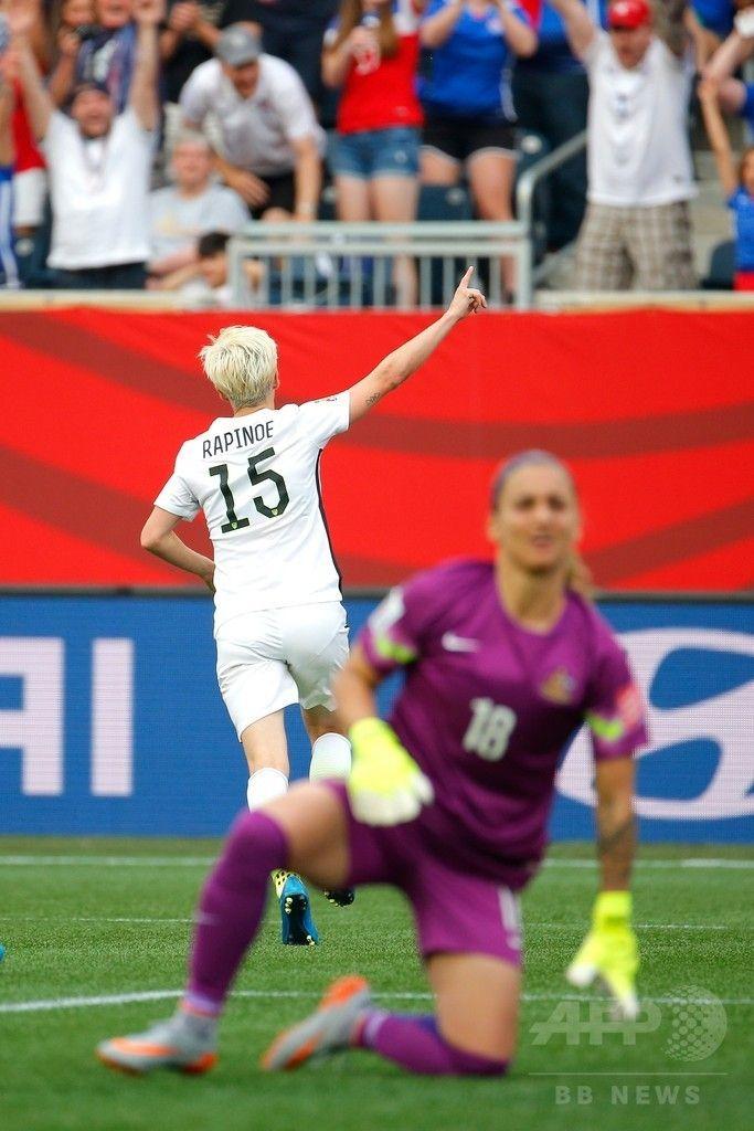 女子サッカーW杯カナダ大会・グループD、米国対オーストラリア。米国のミーガン・ラピノーに得点を許したオーストラリアのGKメリッサ・バービアーリ(手前、2015年6月8日撮影)。(c)AFP/Getty Images/Kevin C. Cox ▼8Jun2015AFP ラピノーが2得点!米国がオーストラリアに快勝 女子サッカーW杯 http://www.afpbb.com/articles/-/3051100 #2015_FIFA_Womens_World_Cup #Megan_Rapinoe #Melissa_Barbieri