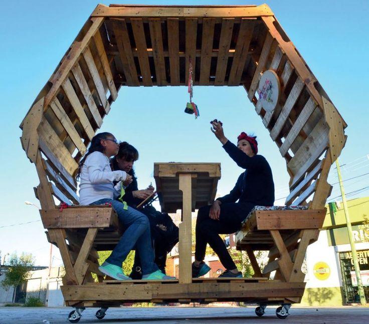 Mobiliário urbano feito com pallets busca gerar conforto, sombra e permanência em praça pública de Ciudad Juárez, no México :: aU - Arquitetura e Urbanismo