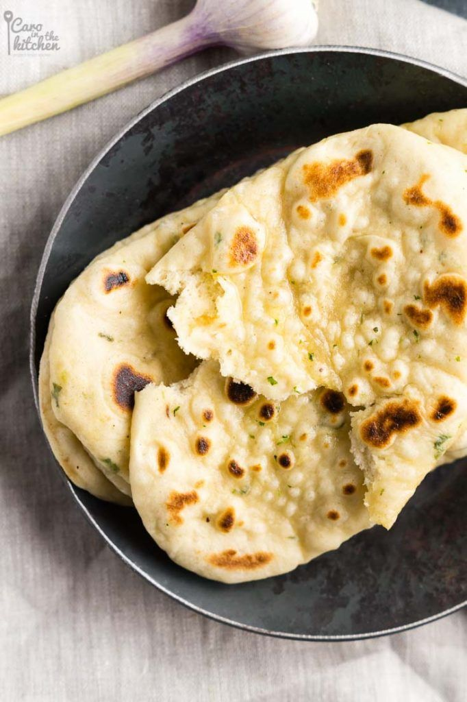 Koriander-Knoblauch-Naan | Auch ohne Gewürze backbar | Ohne Ei | Coriander-Garlic-Naan Bread | Rezept auf carointhekitchen.com | #recipe #vegetarian #vegetarisch #vegan #indian #naan #bread #indisches #brot