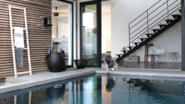 Waouh, cette maison contemporaine avec piscine intérieure !