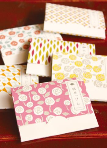 こちらは「古川紙工」の紙石鹸。 和紙に版画を施したようなデザインのパッケージです。 描かれている柄がバラのものがありますが、どことなく和風な印象を受けますね。