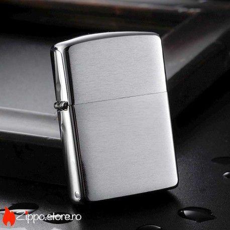 Zippo Armor Brushed Chrome este un model de Zippo original, ce se remarca printr-un finisaj clasic si elegant de chrome cu striatii. Brichetele din aceasta serie au carcasa de 1.5 ori mai groasa decat cea standard.