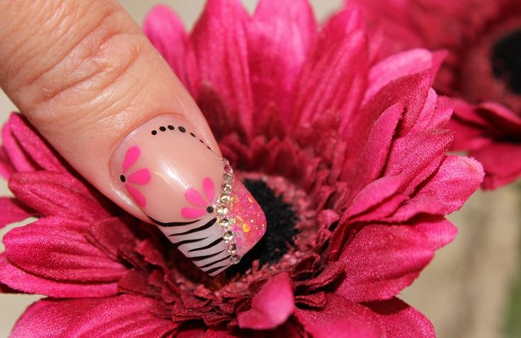 Duimnagel met witte en roze glitter acryl  NailArt! on http://www.beautynailsfun.nl/2013/06/duimnagel-met-witte-en-roze-glitter-acryl-nailart/