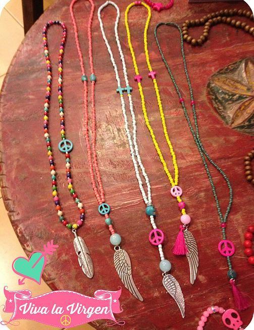 Ibiza style ketting met felle kleurtjes (geel roze en groen), veertjes en vleugels bedel