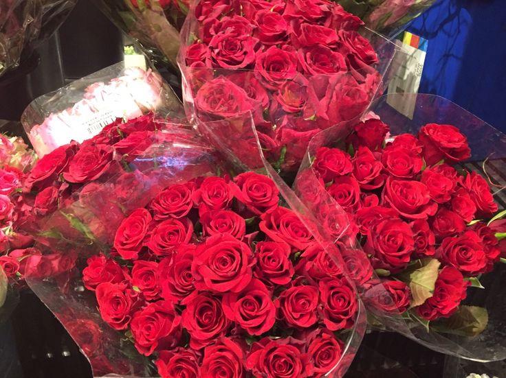 VALENTINE DAY  2/14はヴァレンタインデー。 日本では女性から男性へとチョコレートを贈りますが、 アメリカでは大切な人へ感謝を伝える日とされ、男性から女性へもプレゼントを渡しています。 花をプレゼントするのが一般的で、当日花屋さんは大忙し。 仕事帰りの男性が花束を抱えている姿が見られます。 スーパーなどでは、年が明けるとカードコーナーやお菓子コーナーには、 ヴァレンタイン用にピンクや赤のサインが溢れて出します。 カードは、for Mom, for Love , for Husbandなどといった用途に分かられて売られています。 セントラルパークではアイスフェスティバルが開催され、氷の彫刻が見れたり、 タイムズスクエアではハートのオブジェが期間限定で出現したり、 ヴァレンタインのDPで溢れ、街の至る処で、ヴァレンタインを盛り上げています。 さて、やはりヴァレンタインといえばチョコレート。 最近は、カカオ豆の選定から成形までを一貫するBEAN TO BAR の方法を行っているショップも多く、 火付け役のMast Brothers Chocolate は、今...