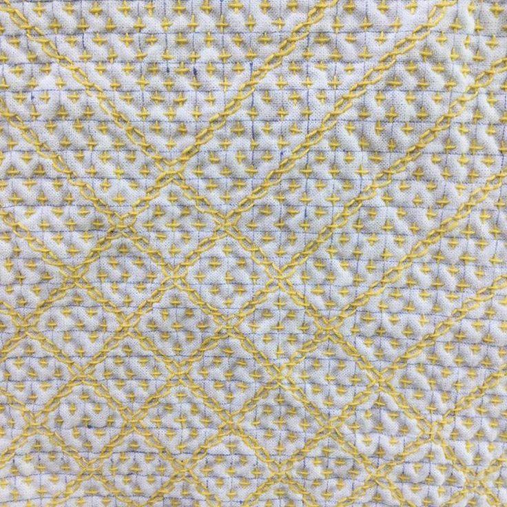 2016年8月15日 (月) . . オリンピック卓球の試合を見ながら、刺し子をしています。 . . 愛ちゃん、がんばって。 . . 26枚目の刺し子布巾はまたクッキー柄。 . . 大好きな森永チョイスのイメージで黄色です。 . . #刺し子#花布巾#一目刺し #十字花刺#クッキー柄#森永チョイス