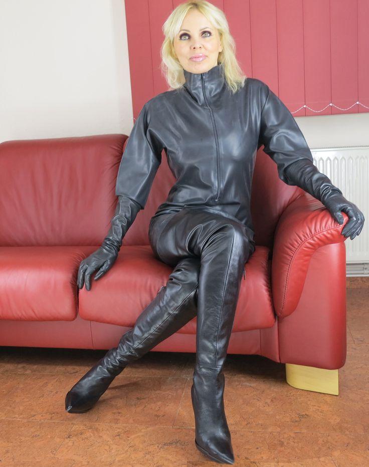 LOREXINA Modelady in Jumpsuit und langen Ledestiefeln ...