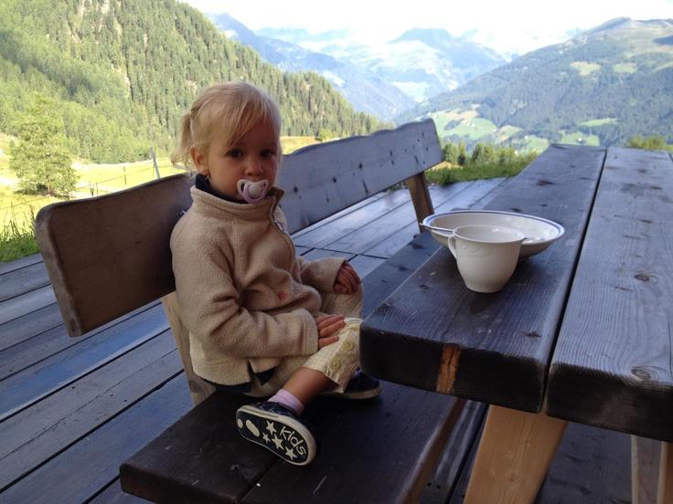Auch kleine Damen brauchen ein Frühstück - am Besten auf einer Alm im #Ahrntal in #Suedtirol