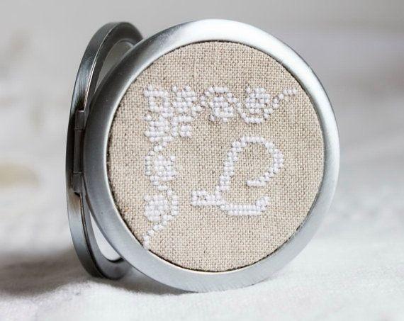 Specchio Monogrammed compatto - punto croce - ricamo a mano - bomboniera - damigelle - I007