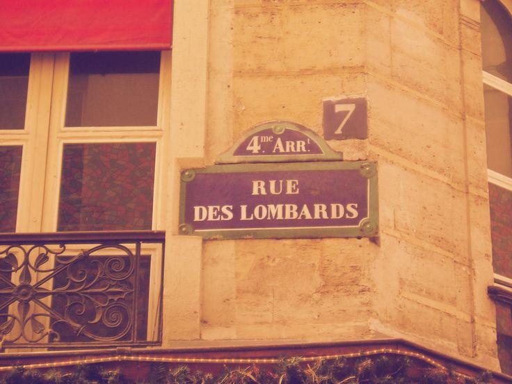 """""""Me parece que ese jueves de diciembre tenía pensado cruzar a la orilla derecha y beber vino en el cafecito de la rue des Lombards donde madame Léonie me mira la palma de la mano y me anuncia viajes y sorpresas."""""""