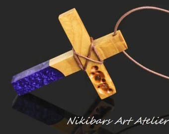 Cruz de resina púrpura collar de resina de madera Cruz collar de cruz colgante, de artesano Resumen colgante, collar, collar de arte, collar modernista