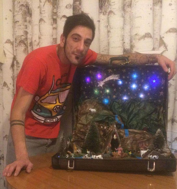 vecchia valigia con vecchi pezzi di presepe in disuso...il tutto a costo ZERO!!!!! :)