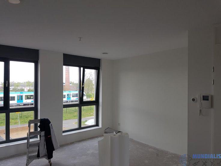 In Doetinchem weer een nieuwbouw woninggeplakt Voor een vaste opdrachtgever hebben we ook deze woning geplakt en afgewerkt met een latex. We zijn begonnen met alles te schuren en te repareren. daarna hebben we allesgeplakt. Daarnahebben we allesgekit en behandeld met een...