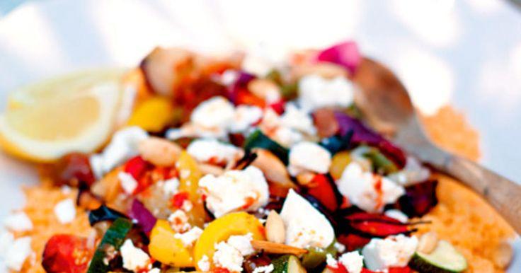 En vegetarisk couscoussallad med rostade grönsaker, mandel, kryddig dressing och tärnad fårost. Recept från boken Citroner och rosmarin i mitt kök.