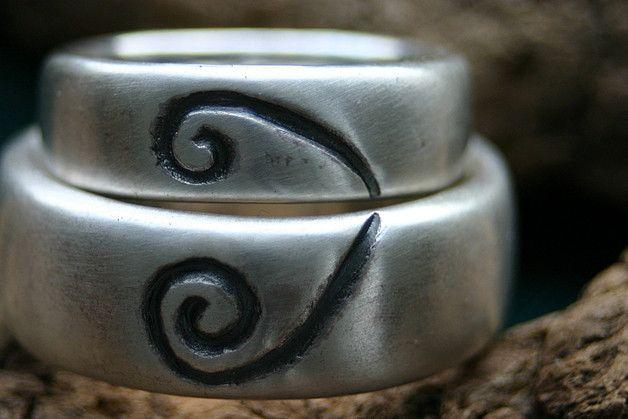 Ein Paar wundervolle Trauringe mit Herz - Spirale Abmessungen: Damenring: 6,5mm breit und ca. 2mm dick Herrenring: 9mm breit und ca. 2,5mm dick Damenring Aufpreis ab Größe 58 =...