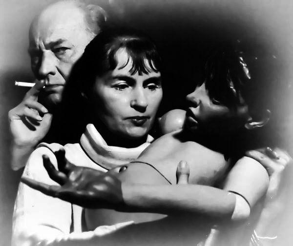 Escritora y pintora alemana, fue una de las pocas mujeres que formaron parte de los círculos surrealistas. Es conocida principalmente por su obra poética a partir de anagramas. Desde 1953 fue compañera del pintor, artista gráfico y escultor alemán, Hans Bellmer, con quien tuvo una importante relación de colaboración e influencia artística y creadora.