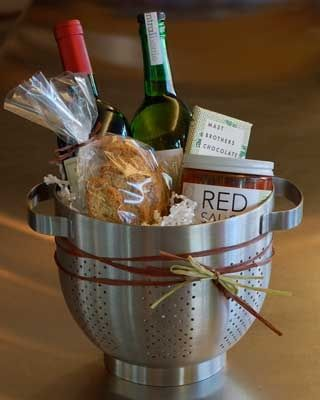 Spaghetti dinner housewarming gift. Fantastic idea of using the colander as a basket!