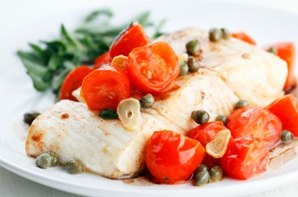 Avec quoi rehausser la saveur du poisson à chair blanche? Des légumes parfumés aux câpres et aux herbes aromatiques.