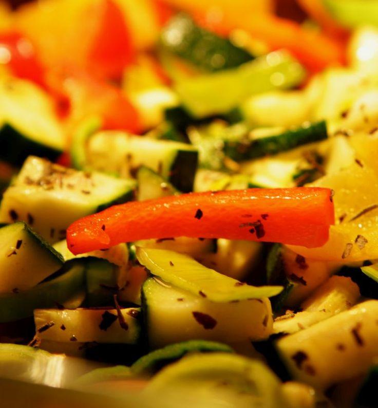 Lekker gemakkelijk recept, want de Italiaanse groente (paprika, courgette) wordt onder een deken van puree en met noten of pitten een volwaardige maaltijd.