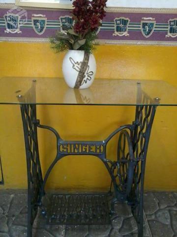 Mesa de pé de maquina de costura antiga