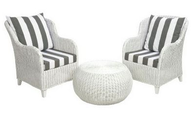 Leuke witte rieten tuinset met ronde tafel. #Gestreepte kussens blijven leuk!