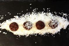 Schoko-Kokos Kugeln für ca. 8 – 10 Kugeln  65 g getrocknete Datteln 20 g gemahlene Mandeln 30 g Kokosflocken 1/2 TL Zimt 1/2 TL Maca Pulver 10 g Kakaonibs 15 g Kakao 1/2 TL Chia Samen 1/4 TL Kokosöl 1 EL Wasser  1. Alle Zutaten bis auf das Kokosöl und das Wasser im zerkleinerer sehr fein mahlen.  2. Nun das Kokosöl und das Wasser hinzugeben, so dass sich die Masse verbindet.  3. Mit den Händen kleine Kugeln formen und in Kokosflocken wälzen.