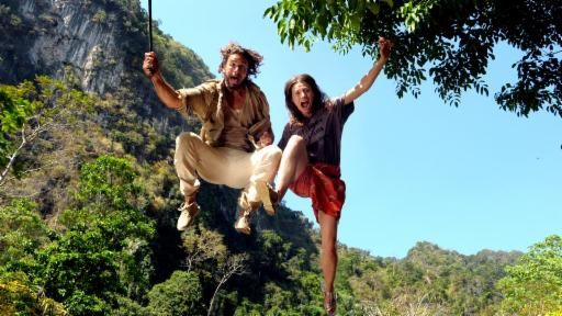 Die Amazone Eva (Julia Hartmann) und der Schmuggler Nik (Stephan Luca) in einem Dschungel-Abenteuer. , Quelle: ARD Degeto/Thanaporn Arkmanon
