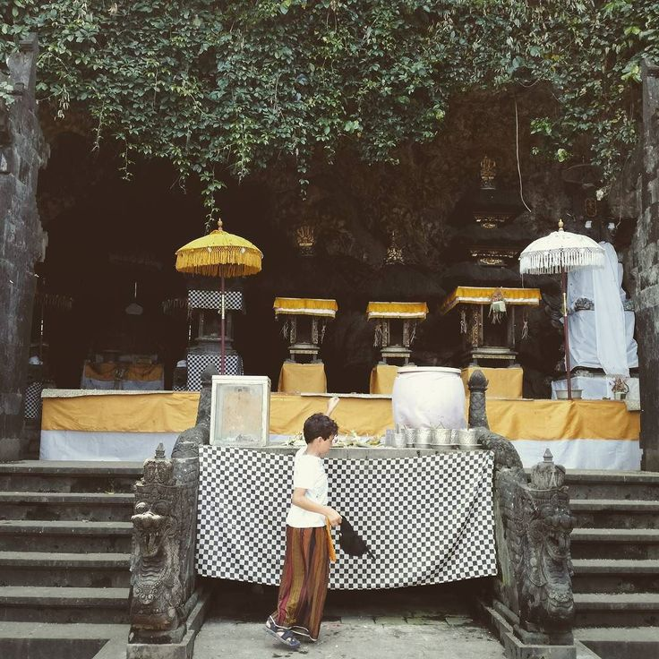 Pura Goa Lawah di Desa Adat Pesinggahan Klungkung berdiri sejak abad ke-11. Pendirinya Mpu Kuturan tokoh pembawa Hindu dari Jawa.  Seperti namanya Pura Goa Lawah berada di rumah bagi ribuan kelelawar di perbatasan Klungkung dan Karangasem. Masih adanya kelelawar menjadi simbol juga bagi terjaganya pohon-pohon sumber makanan kelelawar di hutan sekitar Pura Goa Lawah.  Ribuan kelelawar memenuhi goa sepanjang 50 meter sekaligus sebagai magnet utama bagi 150an turis per hari dan sumber…