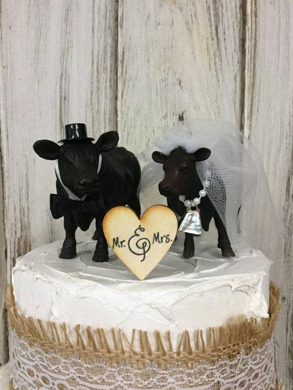 Qué dulces son estas dos vacas Angus negro utilizadas como un pastel de cumpleaños. Perfecto para un vaquero y cowgirl boda o ese par de granja.  Vaca de la novia se adornan con un velo largo blanco o marfil que fluye. Ella lleva una campana de la vaca que se cose en un collar de perlas y su liga es perlas y encaje.  Vaca de novio tiene una hermosa pajarita con banda de cuello blanco. Lleva un sombrero negro.  Novio mide 5 1/2 y soportes de 4 de alto incluyendo el sombrero. La novia es 5...