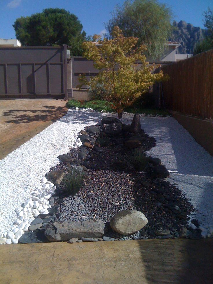 Jard n japones piedras de distintos colores componen el for Jardin japones piscina